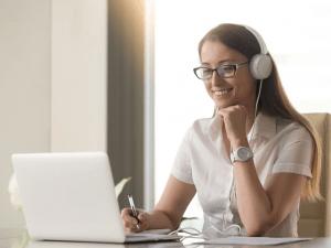 woman-selling-online
